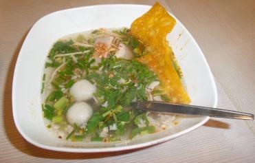 Reisnudelsuppe mit Schweinefleischbällchen (leicht und würzig)