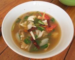 Tom Yum Gai, würzige Suppe mit Huhn (säuerlich scharf)
