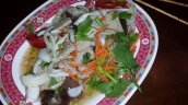 Salat mit vitnamesischer Wurst (frisch und sehr scharf)