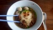 Nudeln mit Suppe mit Einlage
