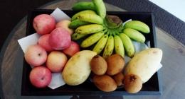 Früchteteller (Banane, Mango, Äpfel, Sapodilla