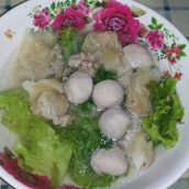 Wantan-Süppchen mit Bällchen (leicht und würzig)