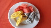 kleiner Obstteller (Banane, Wassermelone, Drachenfrucht)
