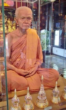 Mönch als Wachsfigur (etwas unheimlich)
