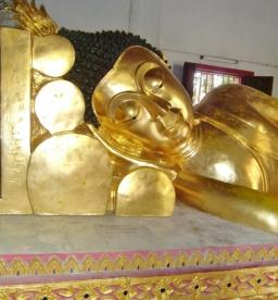 liegender Buddha, sieht sehr bequem aus
