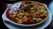 Mapo Tofu, einer unserer Lieblingsspeisen in China, Szechuan Küche, Der Name bedeutet Tofu nach Art der pockennarbigen alten Frau, ok klingt nicht so toll, aber schmeckt vorzüglich, Soft Tofu mit Hackfleischsoße schön scharf und würzig.