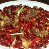 Chongqing Chilli Chicken, hierbei handelt es sich eigentlich nur um zerhackten frittierte Hühnchenflügel und trockene Chilis, aber durch die Gewürze und der leichten schärfe der Chilis zusammen mit dem Szechuan Pfeffer, der die Zunge und Lippen leicht taub werden lässt, ein super leckeres und spannendes geknabbere.