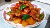 Schweinefleisch süß-sauer, bitte nicht verwechseln mit der Speise vom Chinarestaurant in Deutschland, die echte Chinesische Variante ist wirklich ein Traum. Süß und Sauer harmoniert hier perfekt mit dem knusprig gebratenen Schweinefleisch.