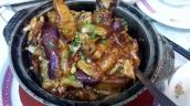 Szechuan Auberginen, hier werden die länglichen lilafarbenen Thai-Auberginen verwendet, wunderbar abgeschmeckt mit Essig und Zucker, schön karamellisiert und überhaupt nicht scharf. Das ganze wird im Tontopf geschmort und serviert.