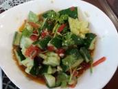 Gurkensalat mit Chilis und Koriander, frisch und schön scharf.