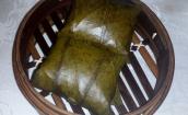 Mit Klebreis gefüllte Lostusblätter. Durch das dämpfen im Lotusblatt hatte der Reis einen ganz besonderen Geschmack.