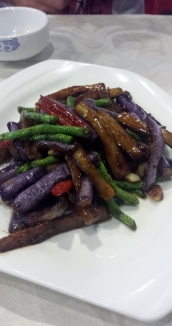 Auberginen und Schlangenbohnen eine gelungene Kombination. Dazu noch ein paar Chilis und gut abgeschmeckt mit Zucker und Essig. Eine tolle Beilage.