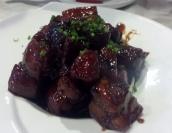 Eine Spezialität in Shanghai: Rotgeschmorter Schweinbauch: Der Schweinbauch wird in einer Mischung aus Sojasauce und Gewürzen langsam weichgeschmort. Die Garflüssigkeit besteht vor allem aus Sojasauce und Hoisin Sauce, Zucker und Reiswein, die mit frischem Ingwer, Zwiebel, Knoblauch und getrockneten Gewürzen wie Sternanis, Zimt und schwarzem Pfeffer, Sichuanpfeffer und Süßholz gewürzt ist.