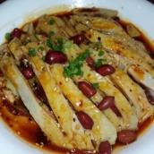 Szechuan Vorspeise: Hühnchenstreifen in Sesam Chili Öl gekocht. Kalt serviert. Sehr leicht und appetitanregend.