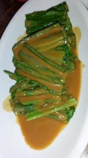 Salat mit Erdnussdressing. Sehr speziell und gar nicht so süß. Eine tolle Beilage.