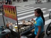 Überall in der Stadt gibt es kleine mobile Essensstände. Da unterscheidet sich China nicht von Thailand. Hier wird Stinky Tofu angeboten. Nichts für unsere Nasen!