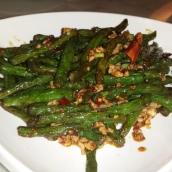 Einer unserer Favoriten: Knackige grüne Schlangenbohnen und würziges scharfes Schweinehackfleisch in Chili Öl scharf angebraten. Ein Traum.