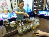 """Die Chinesische Teekultur ist ein bedeutender Teil der chinesischen Kultur und die weltweit älteste ihrer Art. Für die recht bekannte Gongfu Cha reinigt der Teemeister zunächst die Teeschalen und die Kanne mit heißem Wasser. Dann werden die Oolong-Teeblätter in die Kanne gegeben und mit heißem Wasser übergossen. Dieser erste Aufguss öffnet nur die Blätter und mildert die Bitterkeit der späteren Aufgüsse – er wird sofort in die Schälchen abgegossen und nicht getrunken. Er heißt """"Aufguss des guten Geruchs"""". Der Meister füllt das Kännchen ein zweites Mal mit Wasser, lässt den Tee etwa 10 bis 30 Sekunden ziehen und gießt den Aufguss dann in die Teeschalen, und """"schichtweise"""", damit jeder Gast die gleiche Aufgussqualität erhält. Das ist der """"Aufguss des guten Geschmacks"""". Die Aufgüsse werden dann mit demselben Tee mehrfach wiederholt, bei sehr guter Teequalität bis zu 15 mal (Aufgüsse der """"langen Freundschaft""""). Dabei lässt man den Tee jeweils zehn Sekunden länger ziehen als zuvor. Jeder Aufguss schmeckt anders."""