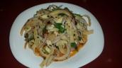 Tofu Salat eine Spezialität der Szechuan Küche. Getrockneter Tofu wird in Streifen geschnitten und mit Zwiebeln, Knoblauch, Koriander und Chiliöl mariniert und kalt serviert.