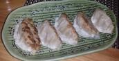 Japanische gebratene Gyozas (Teigtaschen) gefüllt mit Schweinefleisch, Weißkohl und Sesamöl. Immer wieder gut.