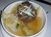 Lion's head Meatball ist eine Spezialität aus Shanghai. Der Fleischklops wird in einer kräftigen Rinderbrühe serviert.