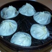 Im Bambuskörbchen gedämpfte Dumplings. Gerne mit Gemüse oder Fleisch gefüllt. Die Dumplings werden in eine Sauce aus Essig und Sojasauce getunkt. Gehen eigentlich immer, und man kann nicht aufhören zu essen, da so schön leicht.