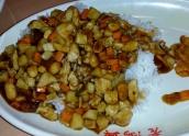 Kung Pao Chicken, Hühnchenbrust mit Karotten, Bambus und gerösteten Erdnüssen. Hier mal ein Gericht ohne Knochen. Bei Fleisch echt eine Seltenheit.