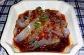 Liangfen-Chinese Jelly Noodles. Diese Nudeln werden aus Mungbohnenstärke zubereitet. Von einem Block aus Mungbohnenstärke (ein großer fester durchscheinender Pudding) werden die Nudeln mit einer Art Sparschäler abgezogen und mit einer würzigen Chilisauce serviert. Die Nudeln selber schmecken nach nichts, erst die Sauce bringt den Geschmack.