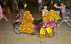 Öl ist ein Grundnahrungsmittel, dass wird dann auch mal schnell per Moped gebracht.