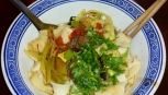 Muslimische Nudeln sind immer Handarbeit. Die Kombination aus Nudeln, Tomatensauce, Rindfleisch und sauer eingelegtem Gemüse war aber nicht so unser Ding, aber für die Muslime in Xi'an ein sehr beliebtes Essen.
