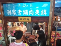 Überall wird Hammelfleisch in Pita-Brot angeboten