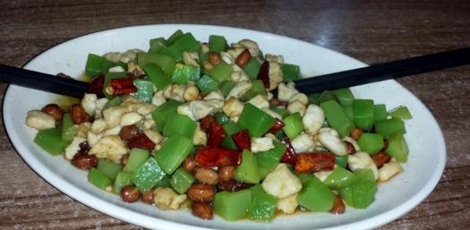 Kung Pao Chicken: Gewürfelte Hühnchenbrust wird mit Sichuan Pfeffer, hier mal mit grünem Bambus und gebratenen Erdnüssen zubereitet. Leicht betäubend scharf, süß, sauer, würzig, weich aber auch knackig.