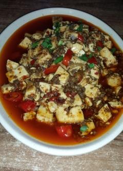 Mapo Tofu, diese tolle Kombination hat uns schon in Shanghai begeistert. Der weiche Tofu ist in einer öligen, dünnen, hellroten Chili-Bohnen-Soße eingelegt. Verfeinert wird er mit gehacktem Schweinefleisch. Das Gericht schmeckt betäubend scharf, frisch, zart und weich und sehr aromatisch.