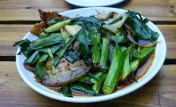 Zweimal gebratener Schweinebauch mit Lauch (Huigou rou), knusprig, würzig und schön scharf.