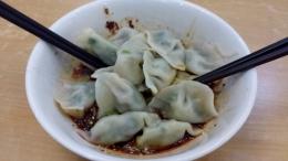 Handgemachte Wontons in Sichuan Soße, schlotzig, weich, würzig und scharf. Da kann man gar nicht mehr aufhören zu essen.