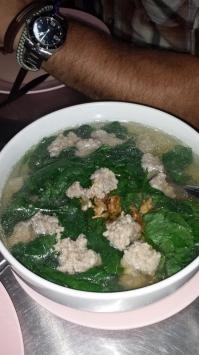 Klare Suppe mit Hackbällchen
