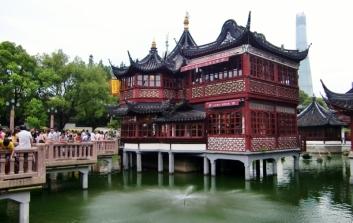 Sehr schön ist der See mit gezackter Brücke und Teehaus.