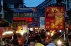 Abends in der Altstadt ist was los. Steetfood an jeder Ecke. Allerdings riecht auch der ganze Bezirk nach Stinky Tofu... kann man nicht beschreiben. Sehr unangenehm. Aber die Chinesen lieben es so wie wir unsere Currywurst.