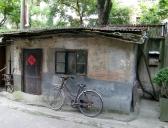 Ein altes Häuschen entdeckt beim schlendern durch die Straßen. Ein Fahrrad steht noch immer vor jedem Haus, auch wenn die Autos mittlerweile in der Überzahl sind.