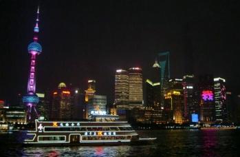 Abends am Bund mit Blick auf Pu Dong.
