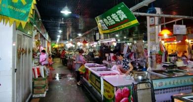 Frischmärkte gibt es überall in der Stadt verteilt. Die Bevölkerung will ernährt werden.