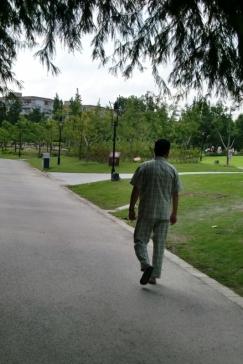 Ein Spaziergang im Park natürlich im Schlafanzug. Warum nicht.