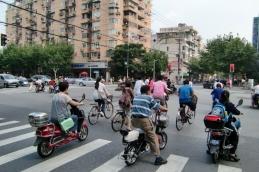 An den Kreuzungen sind immer die Mopeds die Ersten. Im Straßenverkehr gilt das Recht des Stärkeren. Wir als Fußgänger haben da nichts zu melden. Also immer schön Augen auf.