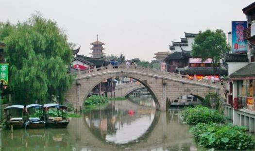 Schöne alte Brücke im Außenbezirk von Shanghai.