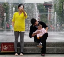 Selfie vor dem Wasserspiel an der großen Wildganspagode