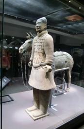 Einzelne Krieger werden in Glaskästen ausgestellt