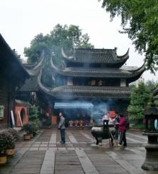 Die Rauchschwaden der Räucherstäbchen ziehen durch die Luft im Wenshu Tempel