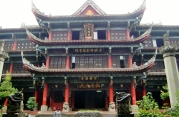 Das Wenshu Yuan Klostergebäude im Park