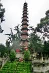 "Vor dem Wenshu Yuan Kloster steht die ""Peace Pagoda of One Thousand Buddhas"", die größte eiserne Pagode in China."