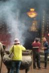 Gläubige beten im Qingyang Taoist Temple.